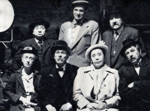 Skådespelare från en av Åsa-Nisse filmerna. Kulörten högst upp till vänster.
