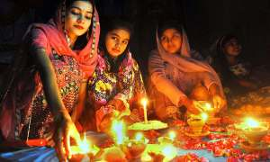 APP37-11 HYDERABAD: November 11 – Hindu girls busy in their religious rituals during Diwali Festival in Shiva Mandir at Thandi Sarak. APP photo by Akram Ali