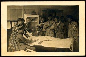 siamesiska-soldater-besoker-en-kamrat-som-blivit-sjuk